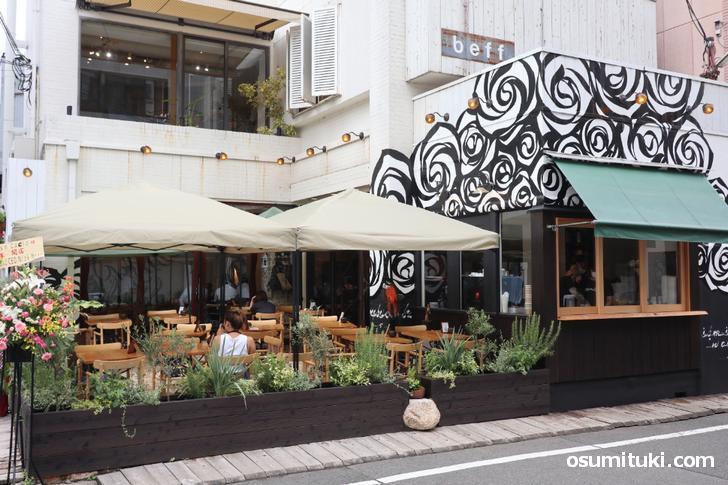 お店は京都市中京区の御幸町蛸薬師 北東角、オープンテラスがあります