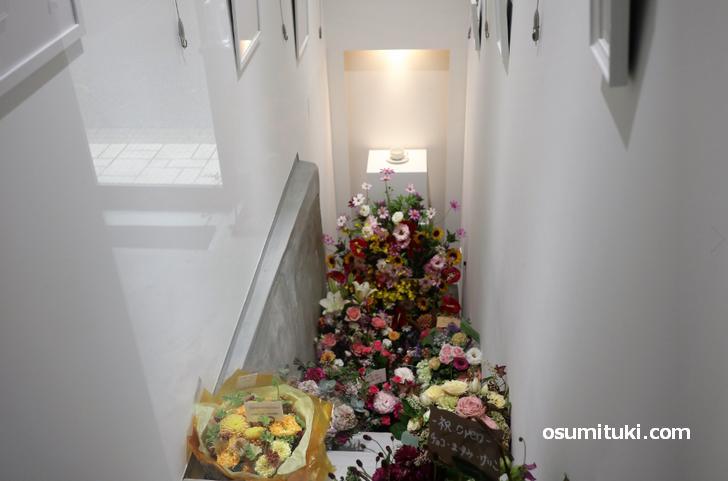 米蔵へと続く階段は現在はギャラリーになっています(戦時中は防空壕だった)