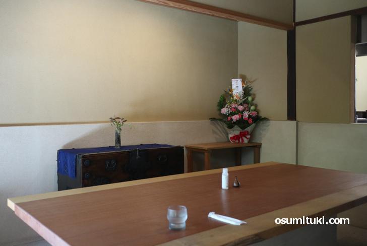 奥のテーブル席、手前はカウンター席です(中村軒 北野茶屋)