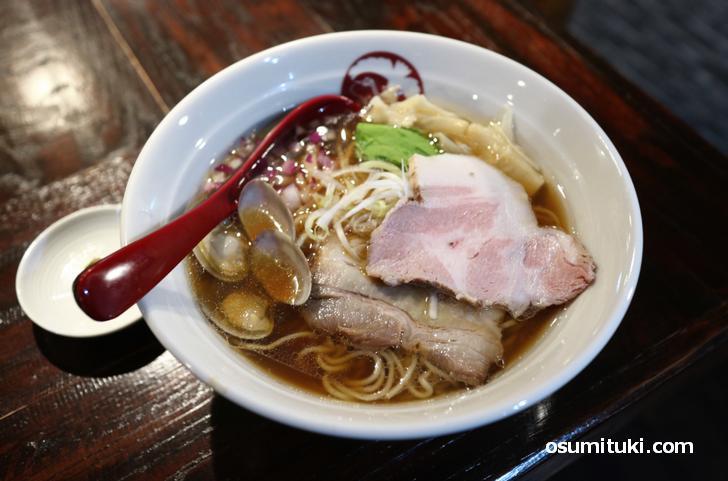 貝出汁 醤油 らぁ麺(850円~)