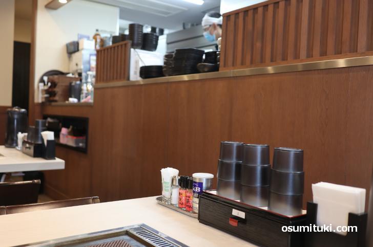 鉄板焼きテーブルのある飲み屋さんという雰囲気(G麺 府庁前店)