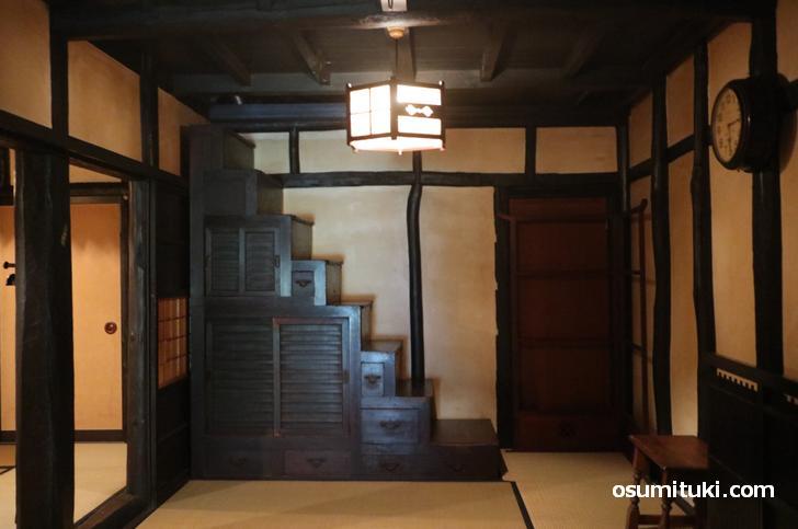 屋根裏部屋へは天井の引き戸を開けて入ります