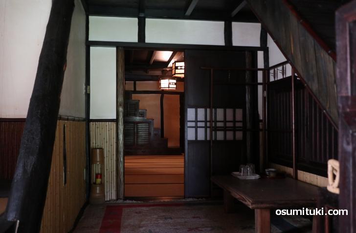 階段の途中にある小部屋とベランダから見た箱階段
