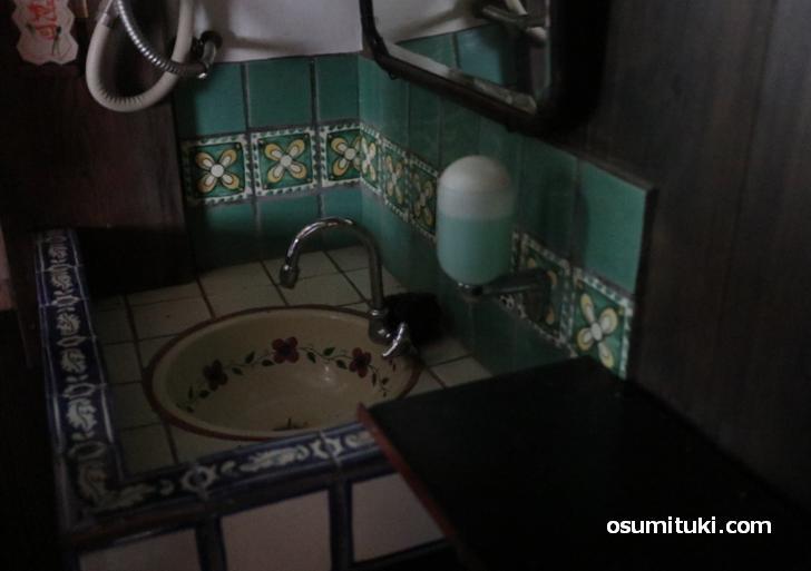 昔ながらの洗面台、洒落たタイルを使っています