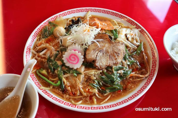 餡辣炒麺(アンラーチャーメン)1350円、ライス食べ放題、スープ付き