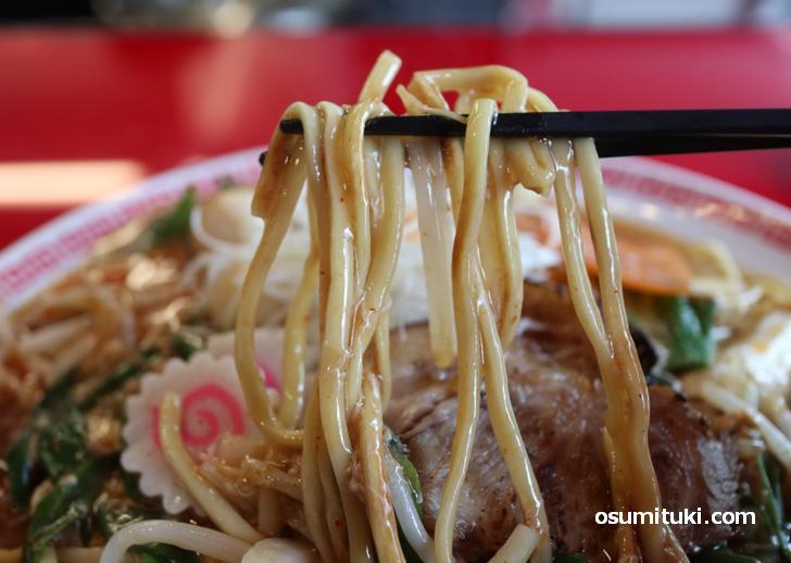 自家製の極太麺はパワフルな味わい