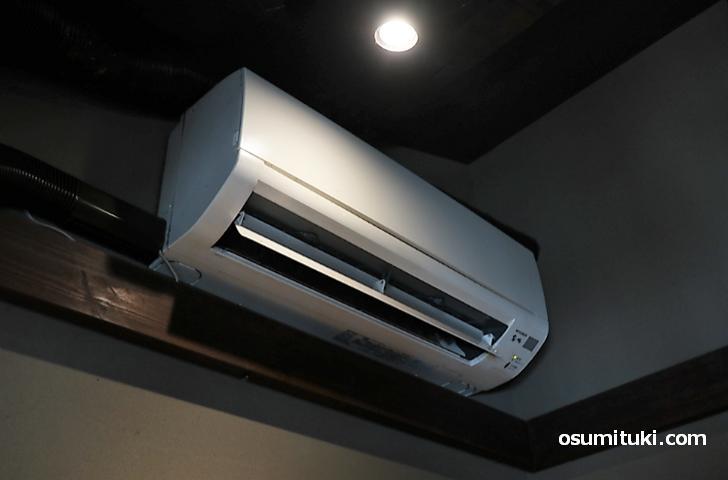 部屋にはクーラーが設置されており暑い日なので助かります