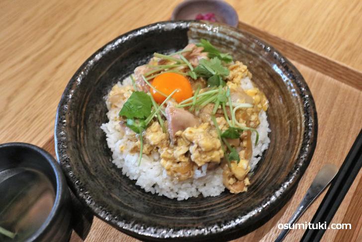 京赤地鶏と『和の究極』の親子丼(1400円)