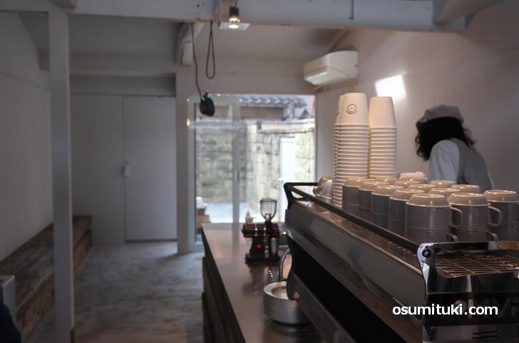 シンプルモダンな店内でコーヒーが飲めるカフェ「ルースキョウト」