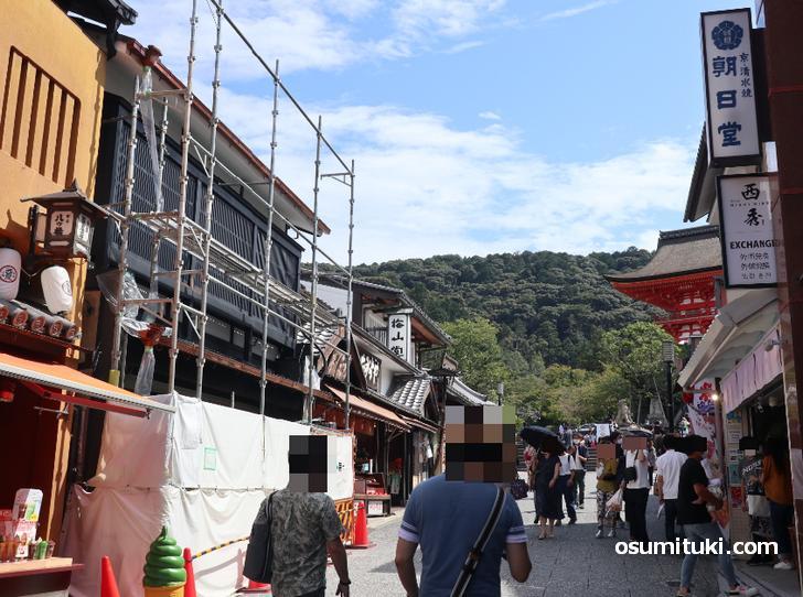 松原坂を清水寺手前から撮影、人は多く、ほとんどの店舗が開業中