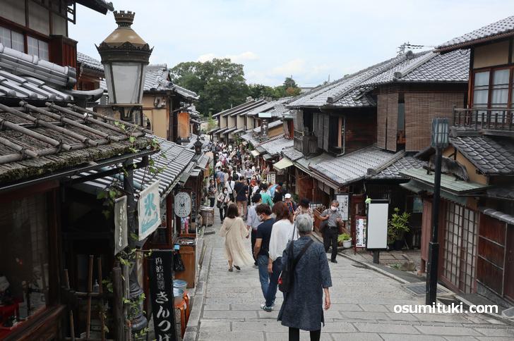 二寧坂(二年坂)は高台寺にも近いので賑わっていました