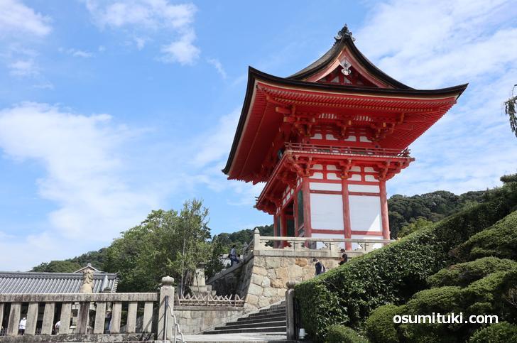 清水寺の山門横に出ました