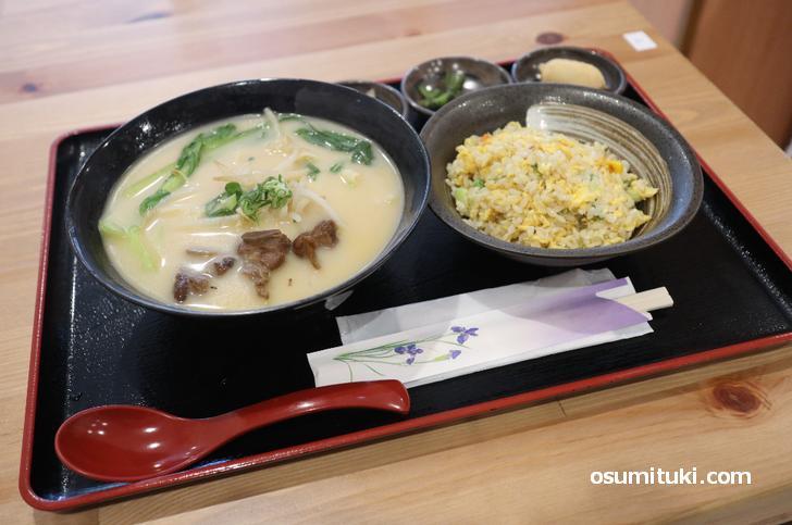 スペアリブの刀削パーコー麺と炒飯セット(780円)