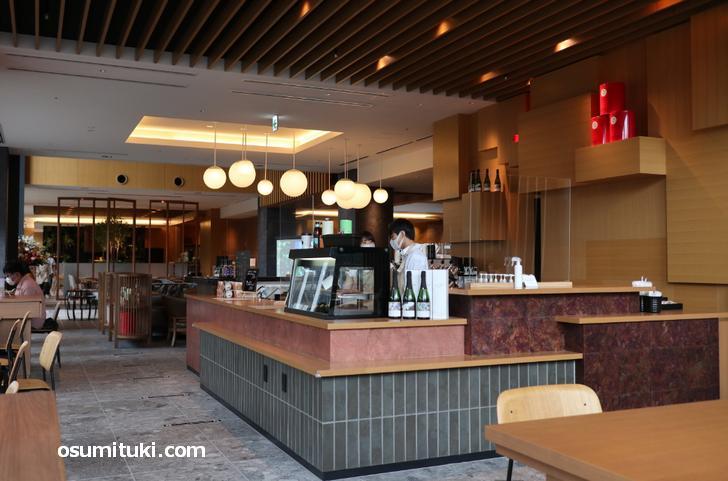カフェはカウンターで注文してテーブルで待つスタイルです