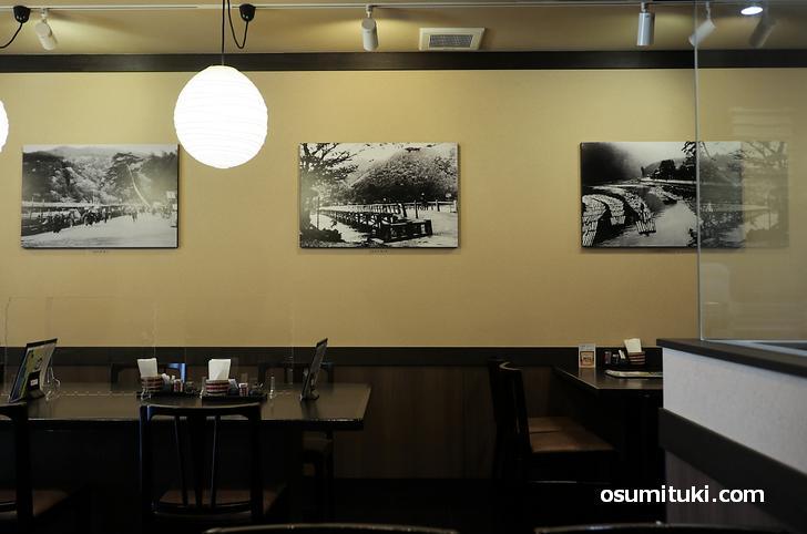 和風の店内、壁には明治初期~後期の渡月橋(木製)を写した写真があります