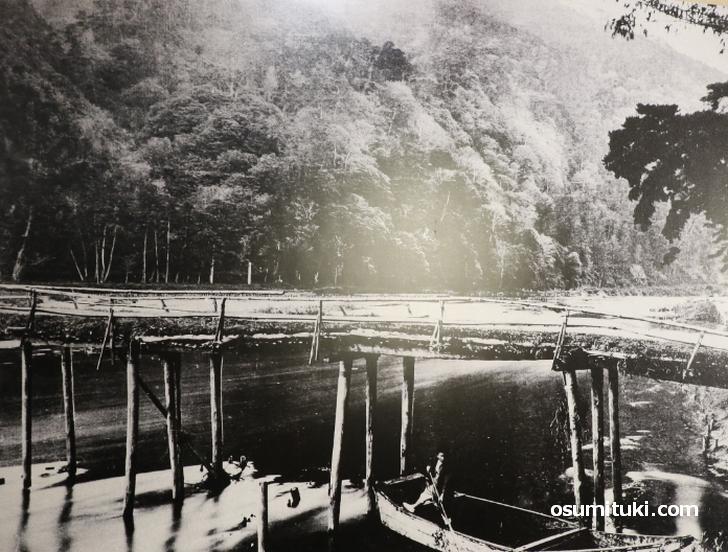 明治初期の渡月橋、木製ですぐに流れていきそうな橋です