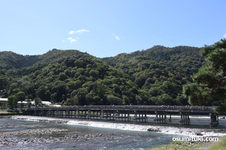 渡月橋があるのは「嵯峨」ですが、一般的には「嵐山」と呼ばれています