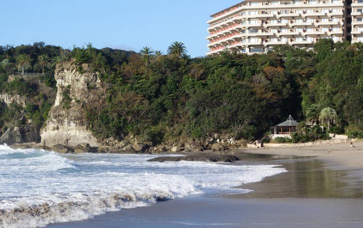 静岡県の海岸沿いにある謎の四角い穴を『世界の何だコレ!?ミステリー』が調査