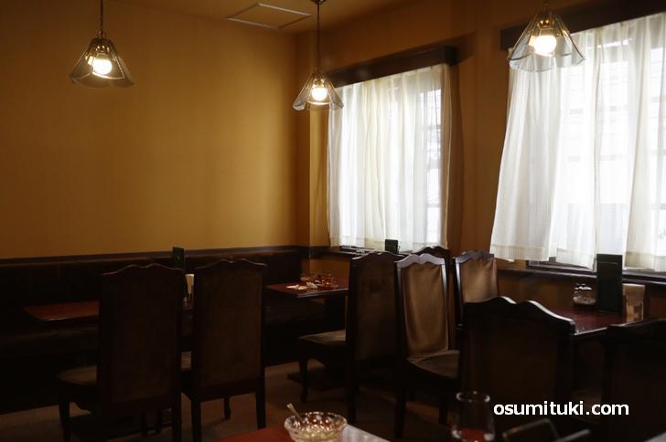 回廊のテーブルや椅子をそのまま再利用した店内