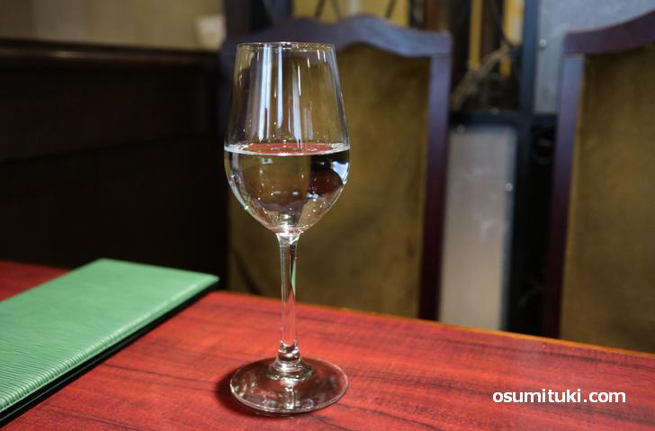 ワイングラスで水が出てきました