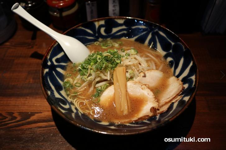 豚骨醤油ラーメン(820円)