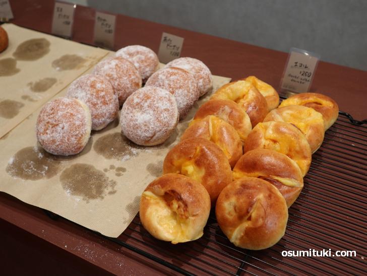 左は「あんドーナツ(180円)」で、右はチーズのパンでエコ・レ(250円)
