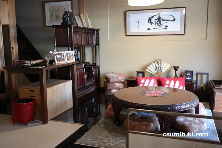 店内は呉服店そのままで、広い和室もあります