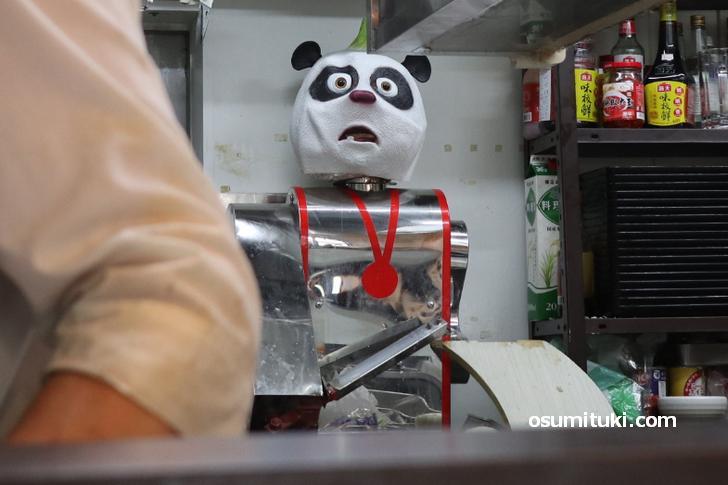 刀削麺を作るパンダロボット