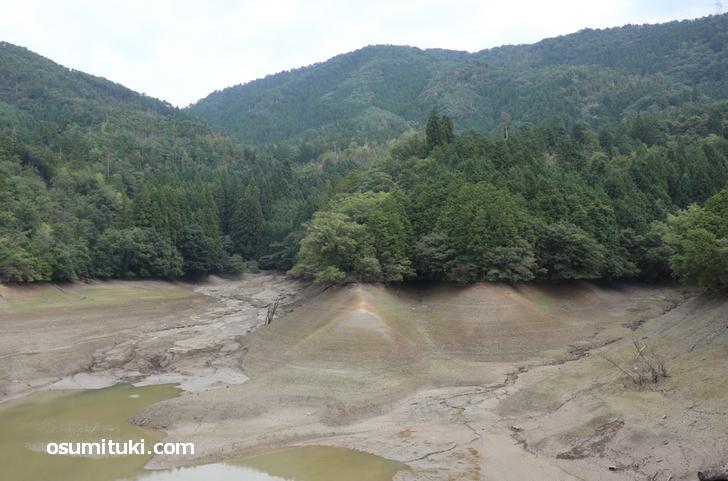 干上がり水がなく地層が見えている神吉池(廻り田池)