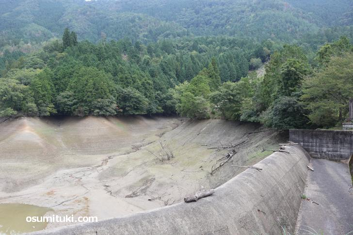 右に見えるアースダムで人工的に農業用水池にした池が神吉池(廻り田池)