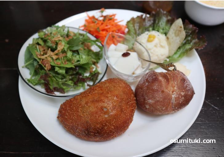 カレーパン、プチカンパーニュ、サラダ、コーンスープ、ミニ杏仁