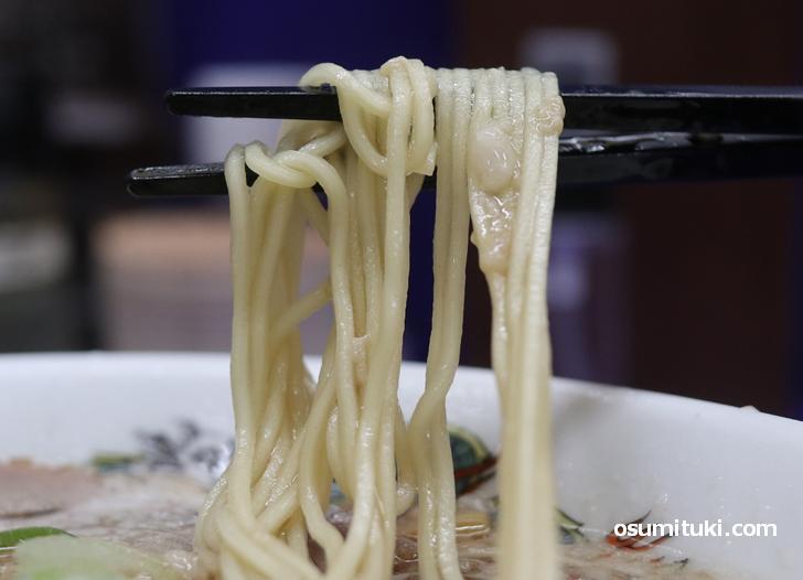 来来亭の麺、低加水の中細ストレート麺