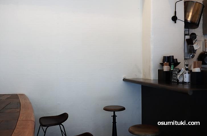 壁際にもカウンター席があります