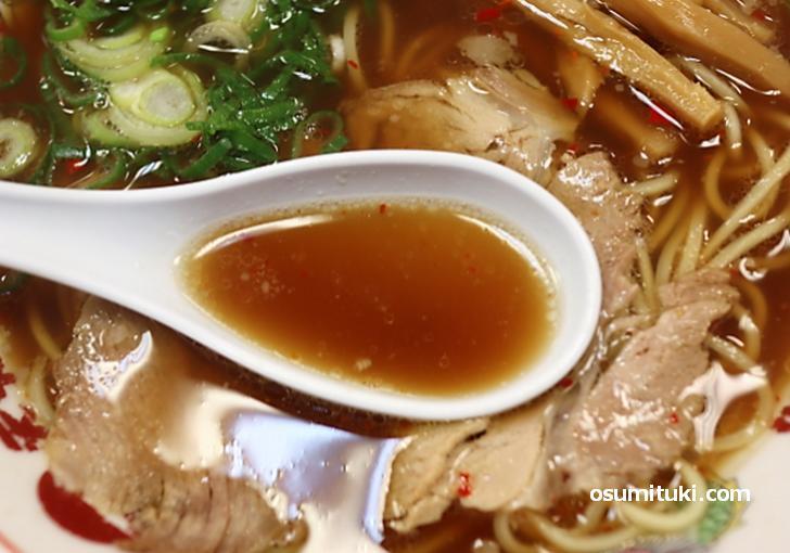 スープは鶏ガラと野菜、一味とニンニク薬味が入っています