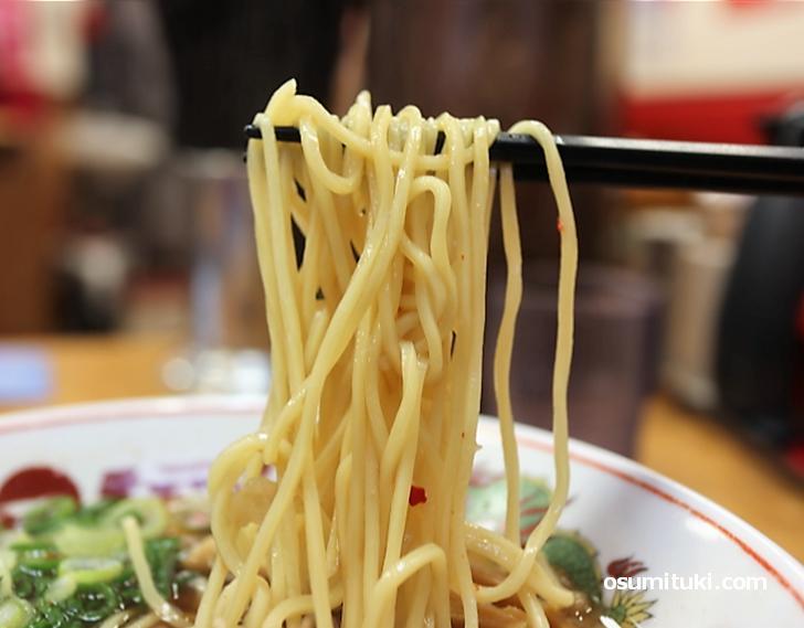 パツンとしたストレート麺