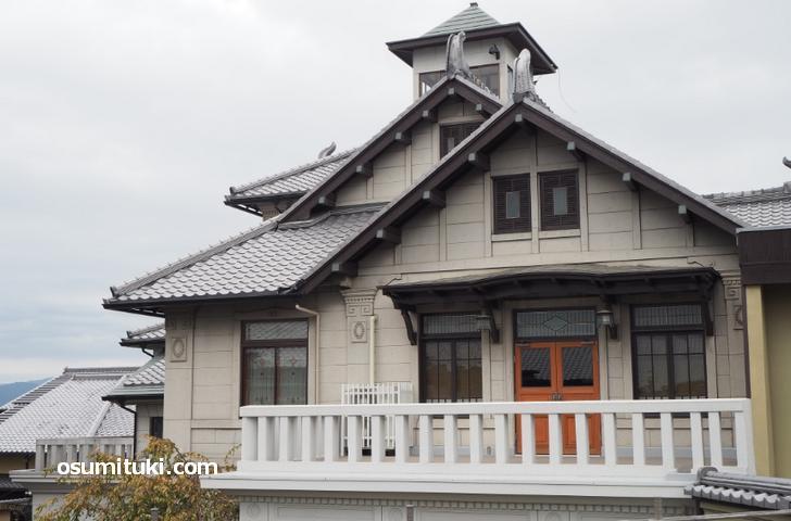 屋根の部分だけは和風を取り入れた設計