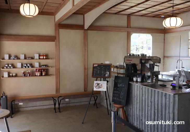 店内入るとすぐにカフェスタンドがあります