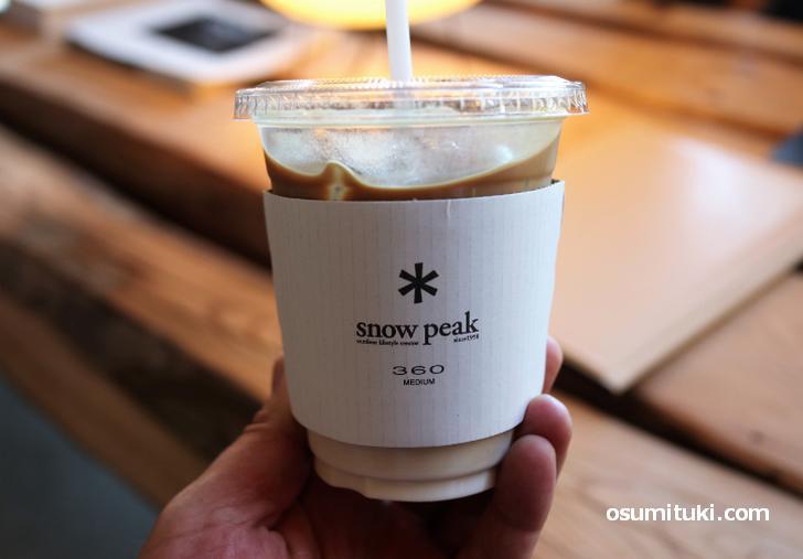 スノーピーク京都嵐山のカフェスタンドでコーヒーを飲む