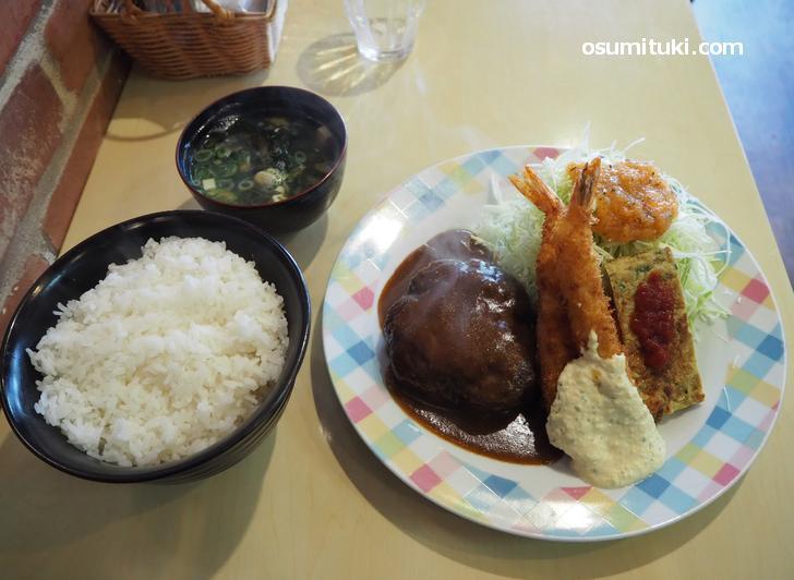 ハンバーグ&エビフライ定食(900円)ご飯中盛り(+50円)