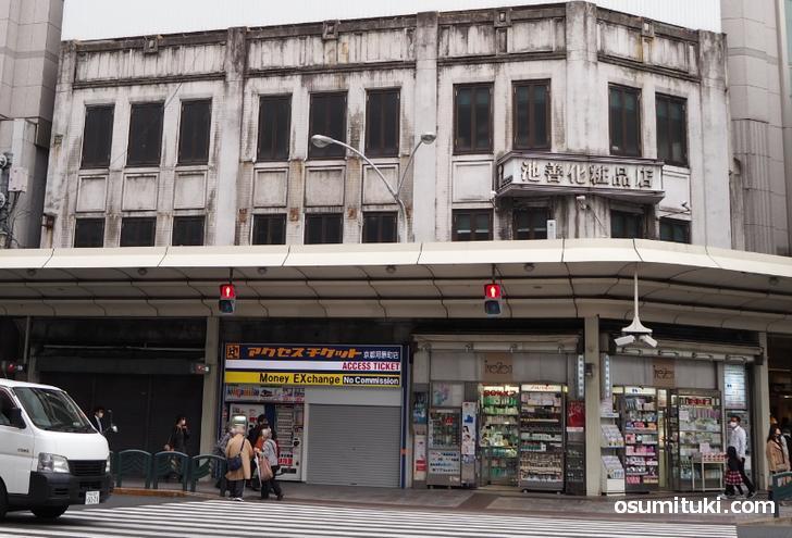 廃業するのはビル1階の右側半分にある「池善化粧品店と併設のたばこ屋」