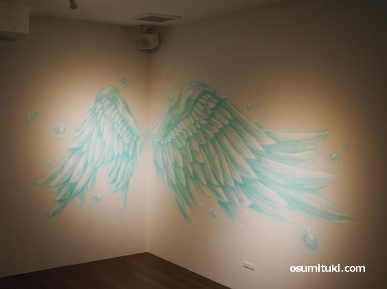壁面には天使の羽の絵