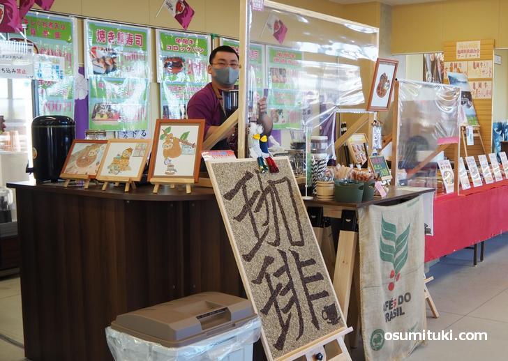コーヒースタンドでコーヒーを提供(珈琲屋のっそり)