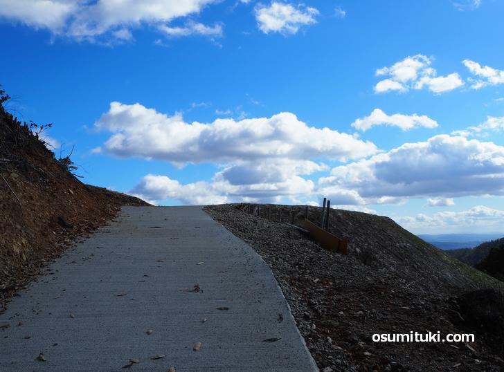 高台の先まで道が続いています
