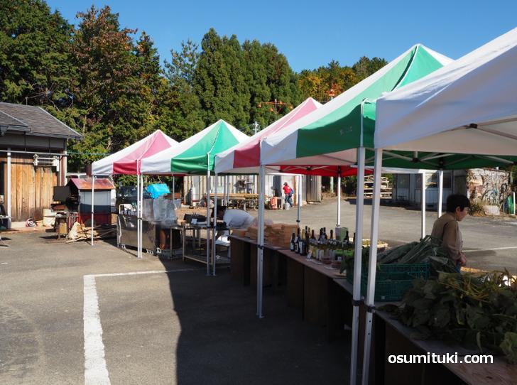 氷室の野菜や米、梅干しやワインにオリーブオイルなどの露店