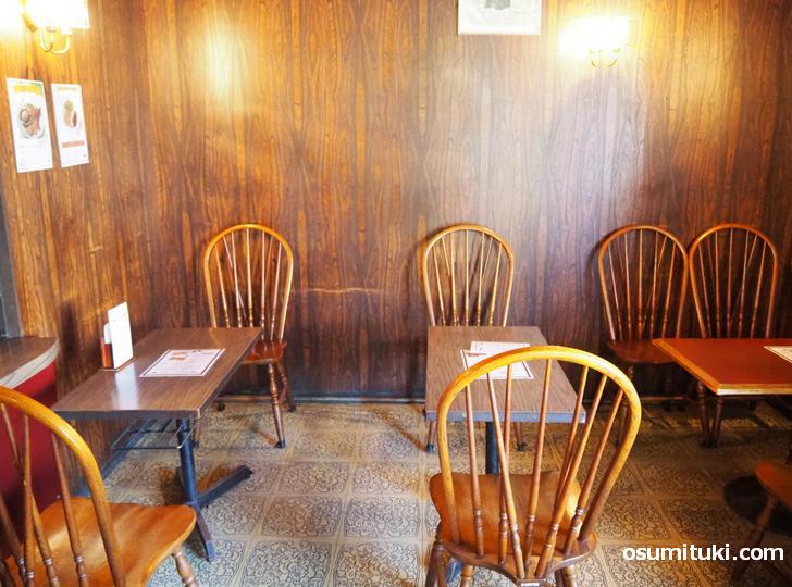 入って右にもテーブル席