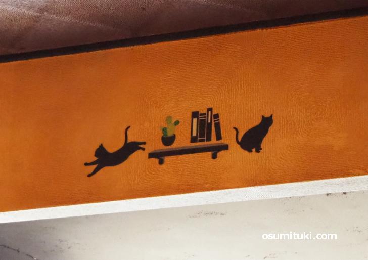 随所に猫のイラストが施されている
