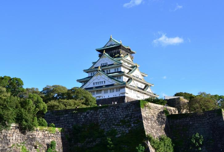 大阪城や名古屋城は確かに鉄筋コンクリ造りですが(写真は大阪城)