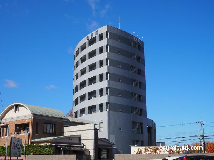 丸みを帯びた高層ビル「亀岡城ビル・イスターナ今井」
