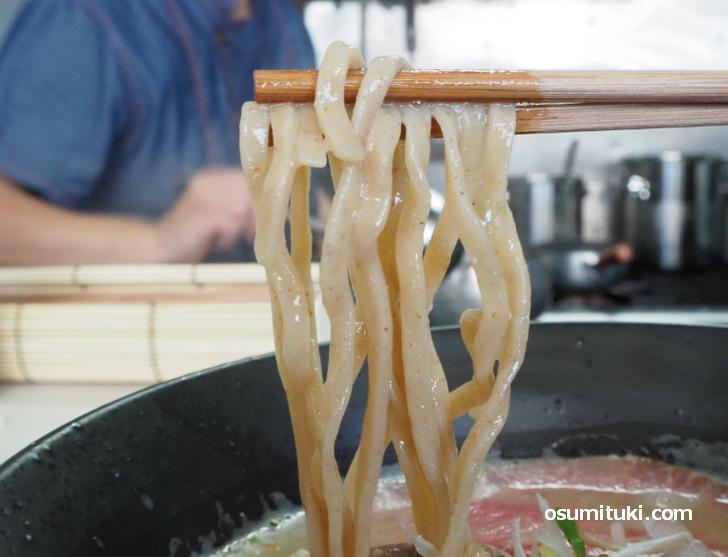 自家製麺は太めの平打ち