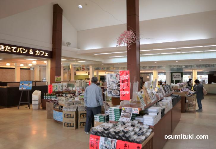 店内には土産物店やレストランにカフェがあります